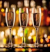 verres de champagne sur le comptoir du bar photo
