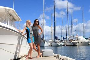 deux belles femmes sur fond de port de yacht photo