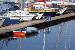 Yachts amarrés sur la jetée de la marina de durban