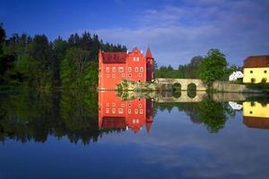 Le château rouge Cervena Lhota dans la République tchèque photo