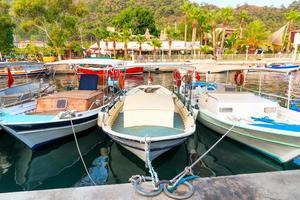 petits bateaux de pêche dans la ville portuaire