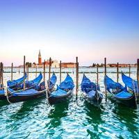 Venise coucher de soleil, gondoles ou gondole et église en arrière-plan. Italie