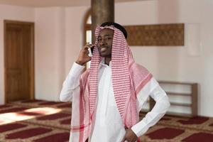 bel homme moyen-oriental parler sur téléphone mobile photo