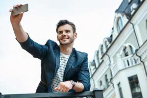 concept pour jeune homme élégant à l'extérieur photo
