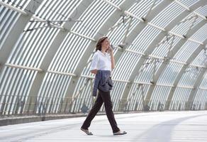 femme d & # 39; affaires marchant et parlant au téléphone mobile photo