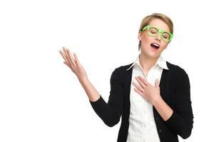 jeune femme blonde chantant. photo