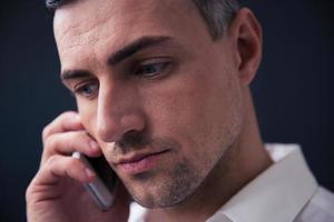 homme d'affaires pensif, parler au téléphone