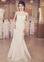 tendre jeune mariée brune posant au restaurant. photo