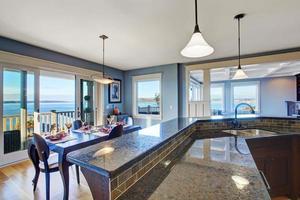 cuisine de luxe. armoire avec dessus en granit et garniture de carreaux photo
