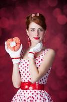 belles femmes rousses avec cadeau. photo