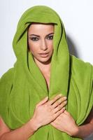 femme avec maquillage smokey et turban vert