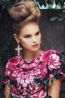 belle fille en robe rose fond grunge feuilles