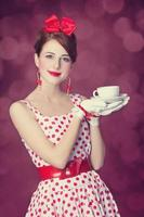 belles femmes rousses avec une tasse de thé. photo