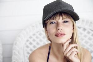 casquette sur la beauté aux yeux bleus