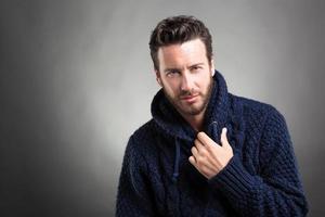 homme barbu portant un pull bleu