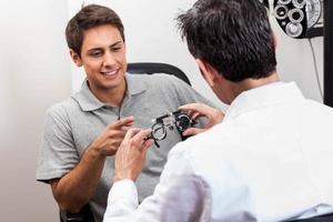 homme regardant les lunettes photo