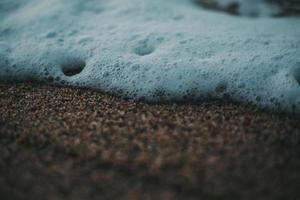 bulles blanches sur la plage photo