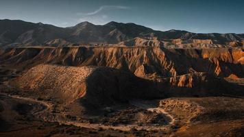 chaîne de montagnes avec lumière et ombre photo