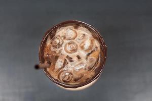 café glacé sur table en bois