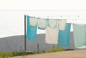 serviettes suspendues à une corde à linge photo