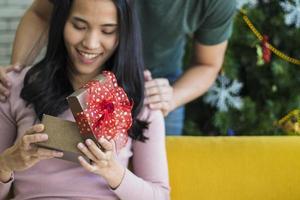 femme recevant un cadeau de noël photo