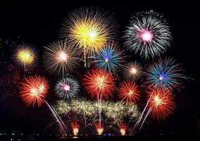 spectacle de feux d'artifice colorés