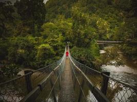 personne sur le pont piétonnier photo