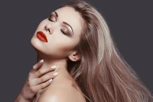 belle blonde avec un maquillage parfait