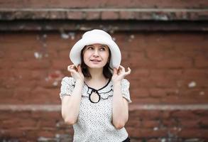 femme au chapeau blanc photo