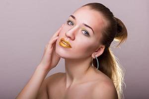 portrait de beauté en studio d'une belle jeune femme photo