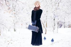belles femmes rousses avec valise
