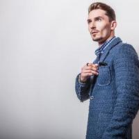 élégant jeune bel homme en veste bleue élégante.
