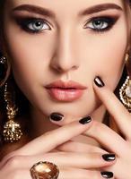 belle femme sensuelle aux cheveux noirs et bijou photo