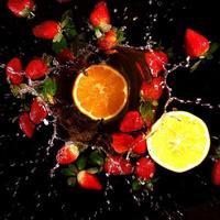 éclaboussures d'eau - fraises et orange