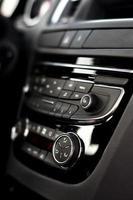 Tableau de bord moderne avec commandes clima à l'intérieur de la voiture photo