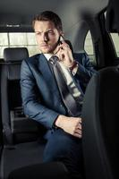homme d'affaires dans la voiture