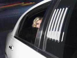 célébrité féminine à l'intérieur de la voiture de limousine photo