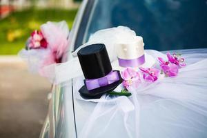 décoration de voiture de mariage avec deux hauts de forme photo
