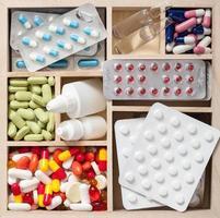 pilules et ampoules médicales dans une boîte en bois photo