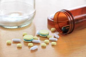 médecine sur table en bois
