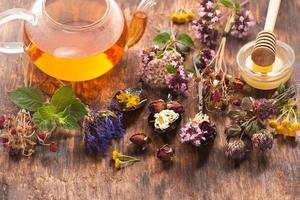 tisane, herbes et fleurs, phytothérapie. photo