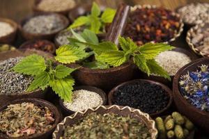 remède naturel, phytothérapie et fond de table en bois photo