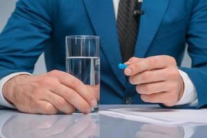 un journaliste professionnel s'apprête à prendre un médicament