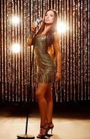 jolie chanteuse sur scène photo