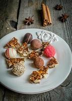 bonbons au chocolat avec des morceaux de turron photo