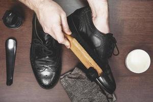 polir les chaussures en cuir