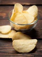 chips de pomme de terre dans un bol en bois photo