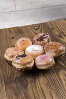 beignets frais sur table en bois