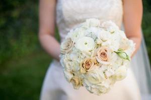 bouquet de mariée avec renoncule, roses, hortensia et lisianthus