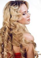 Beauté femme blonde aux longs cheveux bouclés isolés, coiffure wav photo